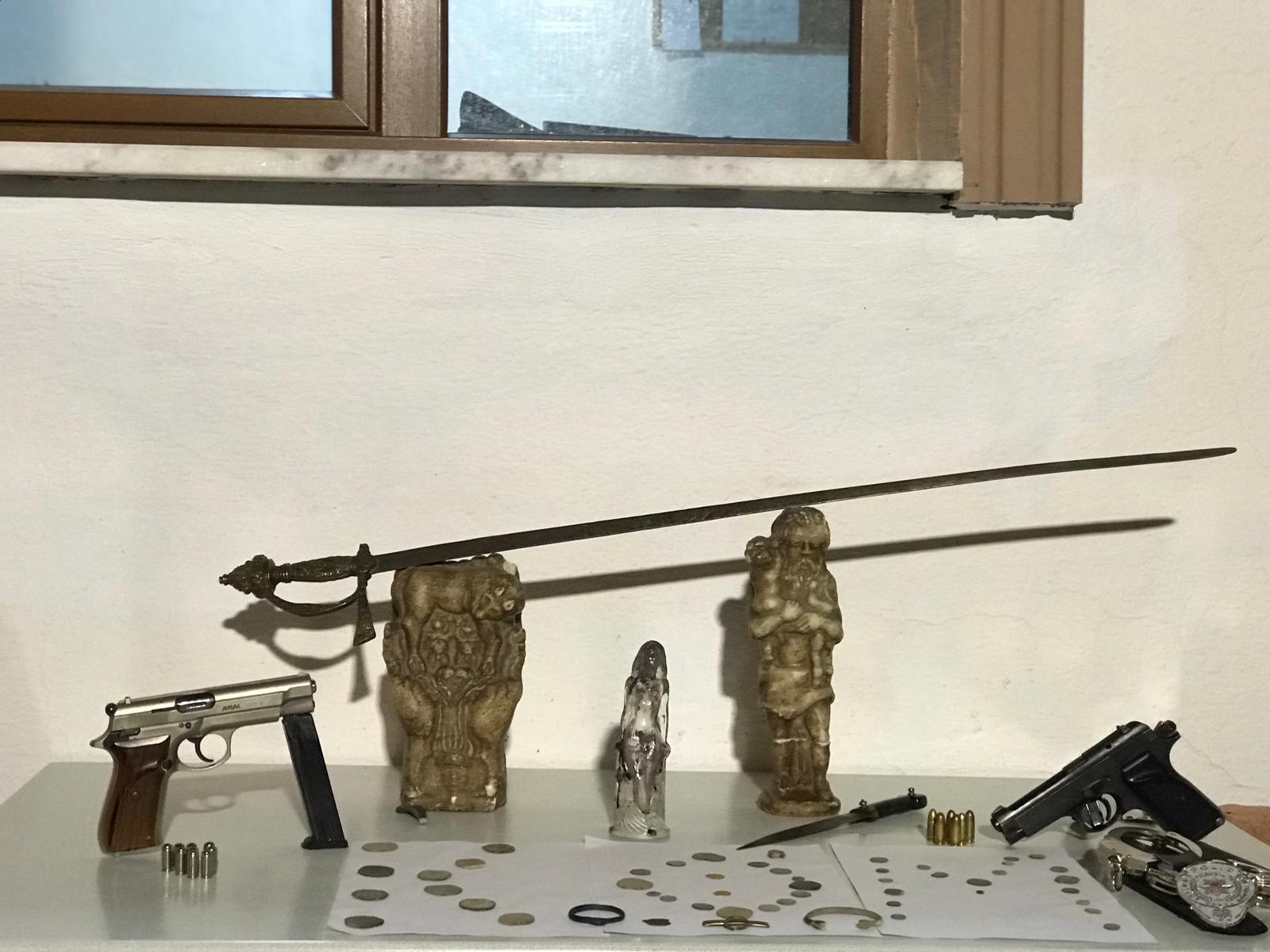 Polis rozeti, tabanca ve kelepçeyle tarihi eser kaçakçılığı