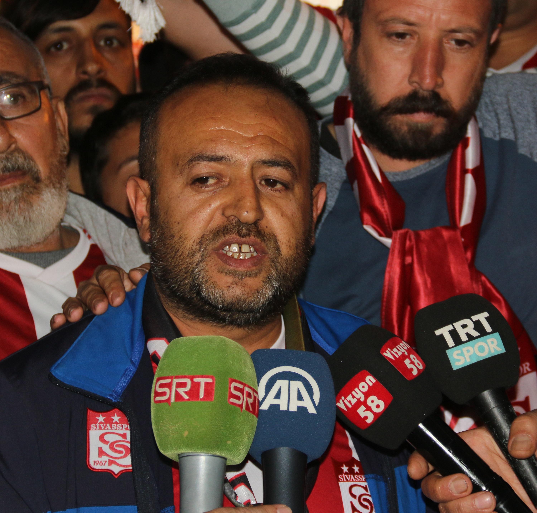 Sivassporlu taraftarlardan hakem protestosu
