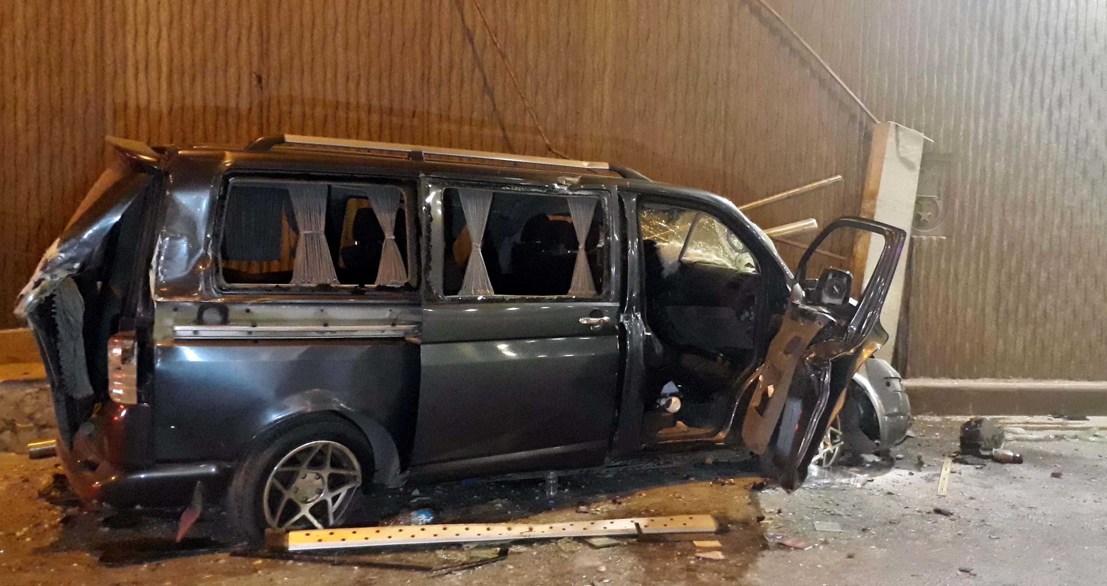 Minibüs 5 metreden alt geçide düştü: 1'i ağır, 3 yaralı