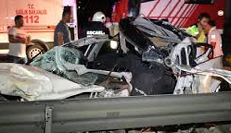Ataşehir'de makas atarak yarışan araçların kazası kameraya yansıdı