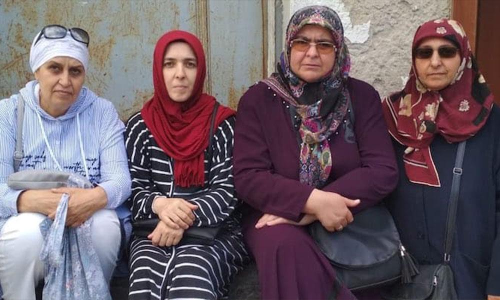 Tutuklu askeri öğrenci anneleri de AKP binası önünde oturma eylemine başladı