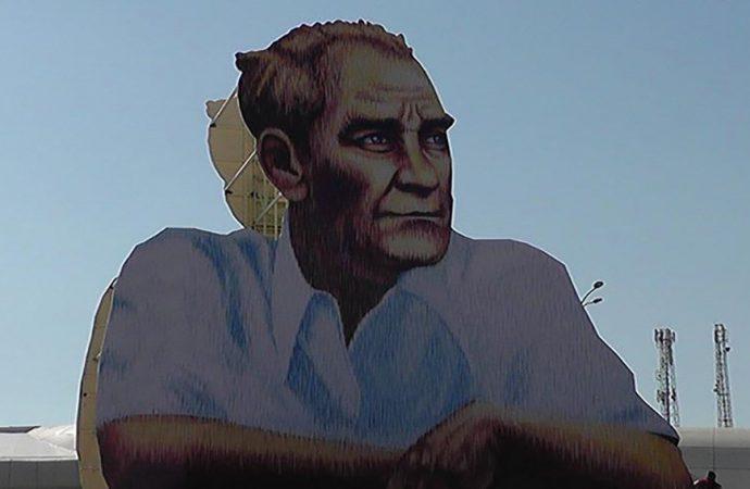 Belediye 39 yıl sonra el değiştirmişti, şehir merkezi girişine dev Atatürk posteri