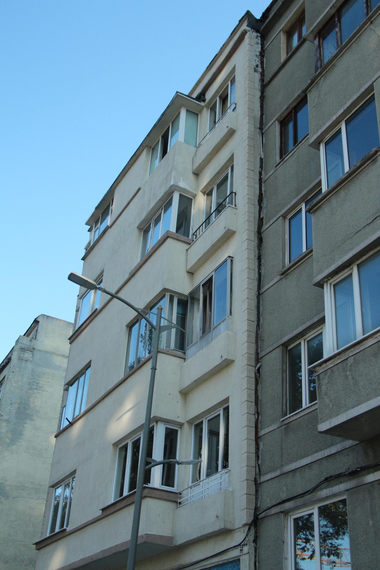 İstanbul depremi sonrası birçok binada hasar meydana geldi!