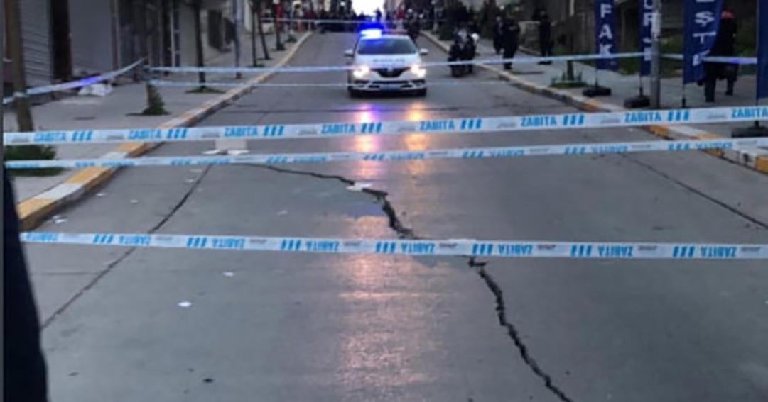 Esenyurt'ta caddede çatlaklar oluştu, 34 bina boşaltıldı!