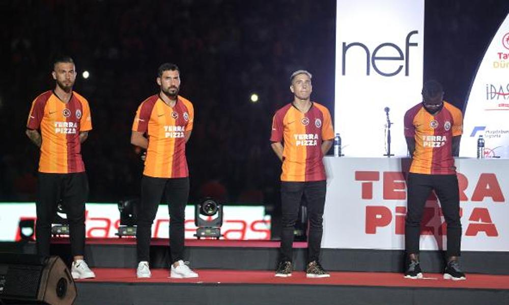 Galatasaray'da imza şov! Yeni transferler taraftarlarla buluştu
