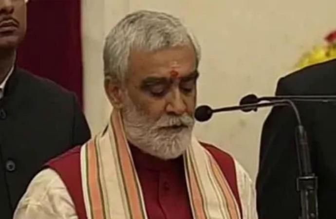 Hindistan Sağlık Bakanı: Eski başbakanımız inek çişi içerdi, inek çişinin birçok sorunu tedavi etme özelliği var
