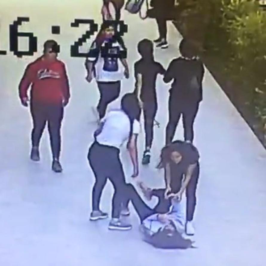 Kız öğrenci, tartıştığı 5 yaşıtı tarafından dövüldü