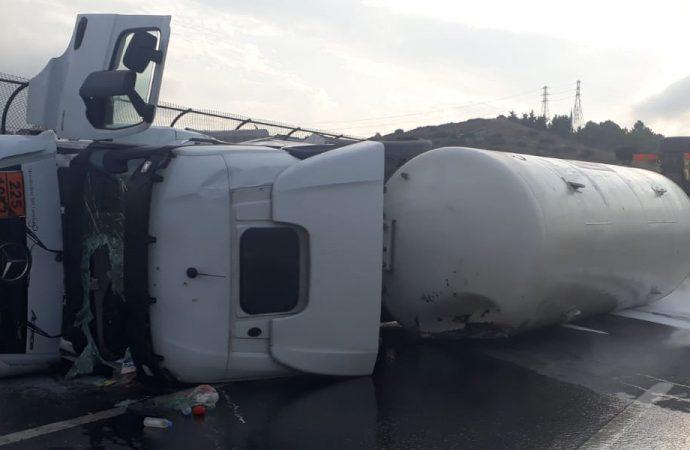 TEM'de gaz tankeri devrildi, trafik kilit
