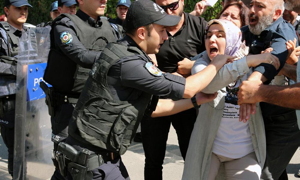 AKP önünde eylem yapmak yasak! Ellerinde anayasa ile gözaltına alındılar