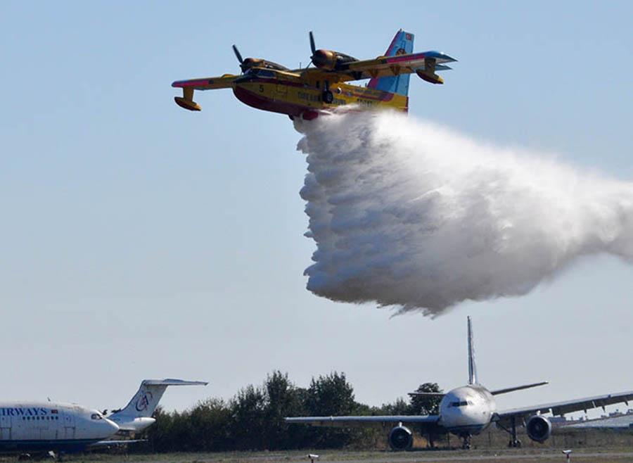 Bakan Pakdemirli'nin uçamaz dediği THK CL-215'ten TEKNOFEST'te gövde gösterisi