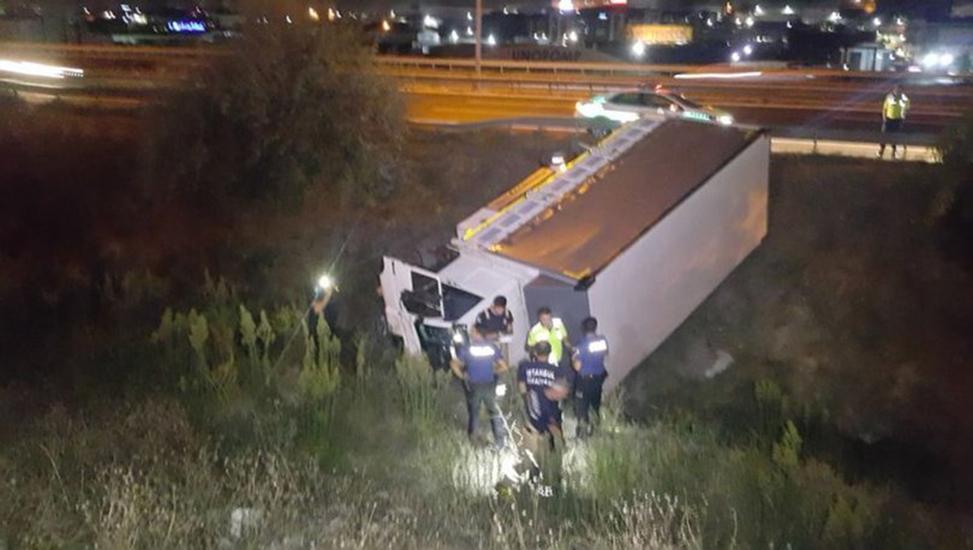TEM'de bariyerleri aşan kamyon dereye uçtu