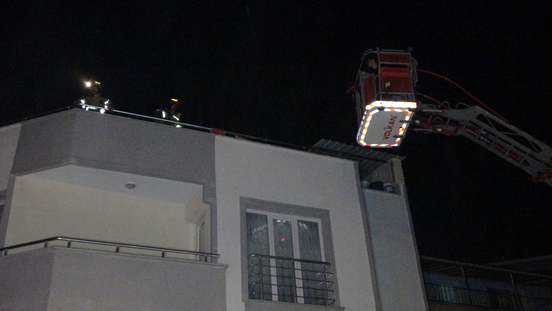 Ağabeyine kızdı, eşyaları 4'üncü kattan atarak evi ateşe verdi
