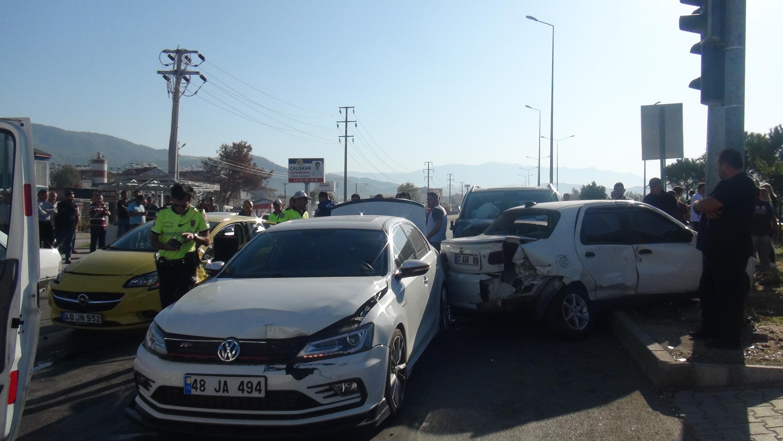 Şoförü uyuyan minibüs zincirleme kazaya karıştı, 1 kişi yaralandı