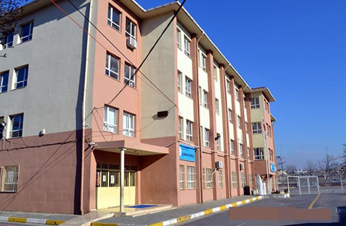 Avcılar'da binaları riskli bulunan 2 okul için tatil kararı