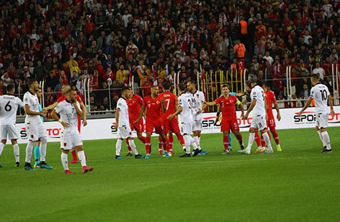 Cenk Tosun 90. dakikada attı, Türkiye zirveyi bırakmadı!