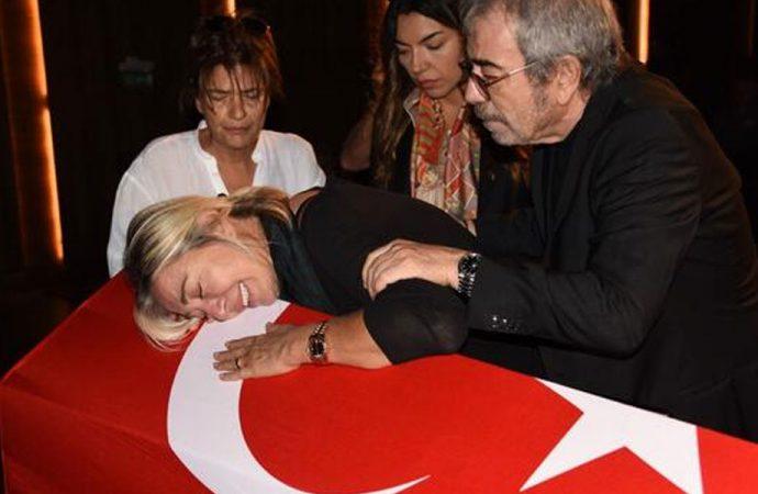 Tarık Ünlüoğlu gözyaşlarıyla uğurlanıyor! İşte usta oyuncunun cenaze töreninden görüntüler