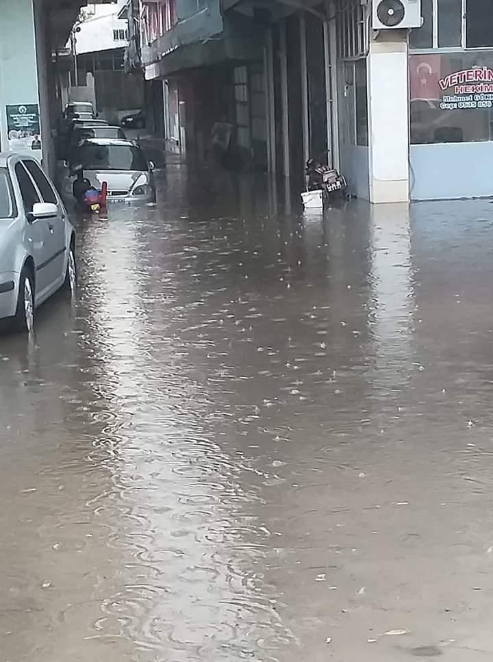 Sağanak yağış Kula'da hayatı olumsuz etkiledi: Ev ve iş yerlerinde su baskını yaşandı