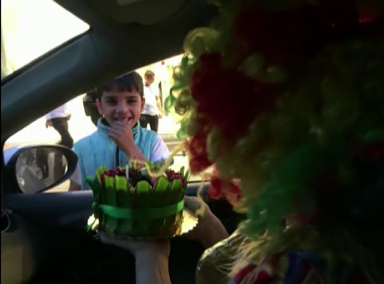 Trafik ışıklarında cam silen çocuğa doğum günü sürprizi