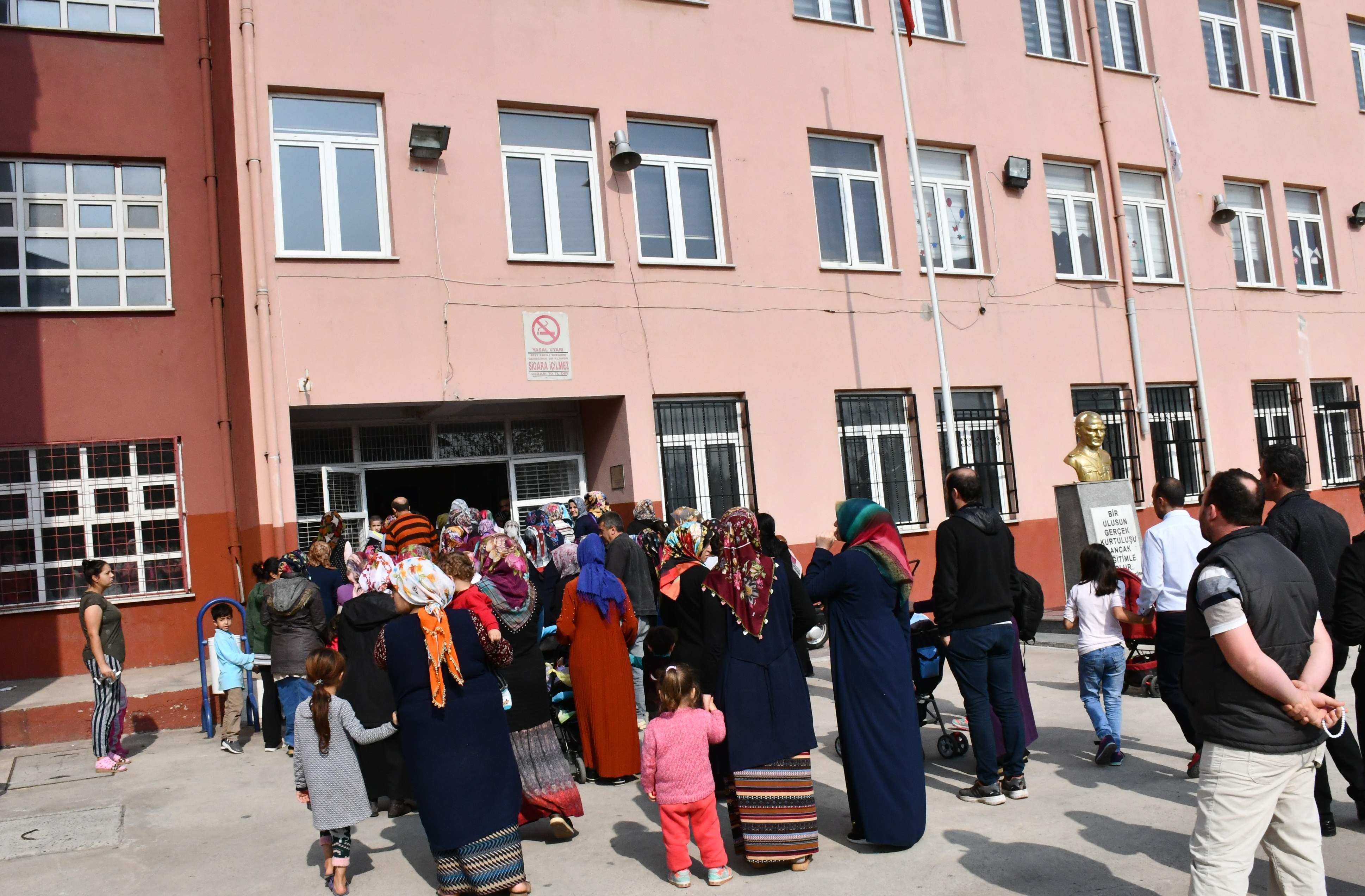 Depremde hasar gören okul boşaltıldı, veliler eylem yaptı
