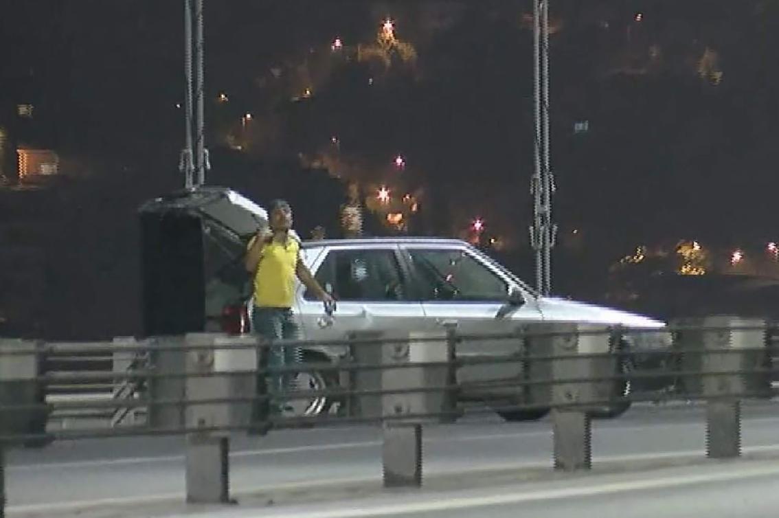15 Temmuz Şehitler Köprüsü'nde trafik çift taraflı durdu! Silahını denize atıp teslim oldu