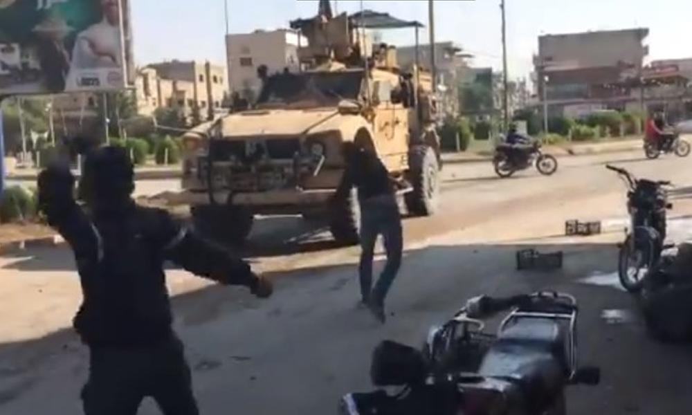Suriye'den çekilen ABD askerlerine çürük domatesli protesto: 'Amerikalılar fare gibi kaçıyorlar'