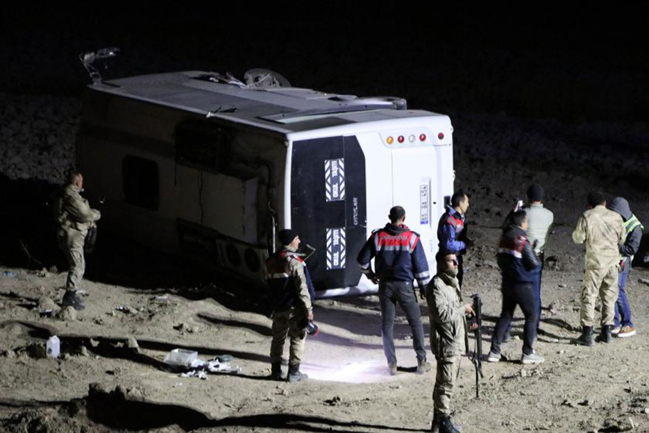 Van'da askerleri taşıyan midibüs devrildi: 26 yaralı