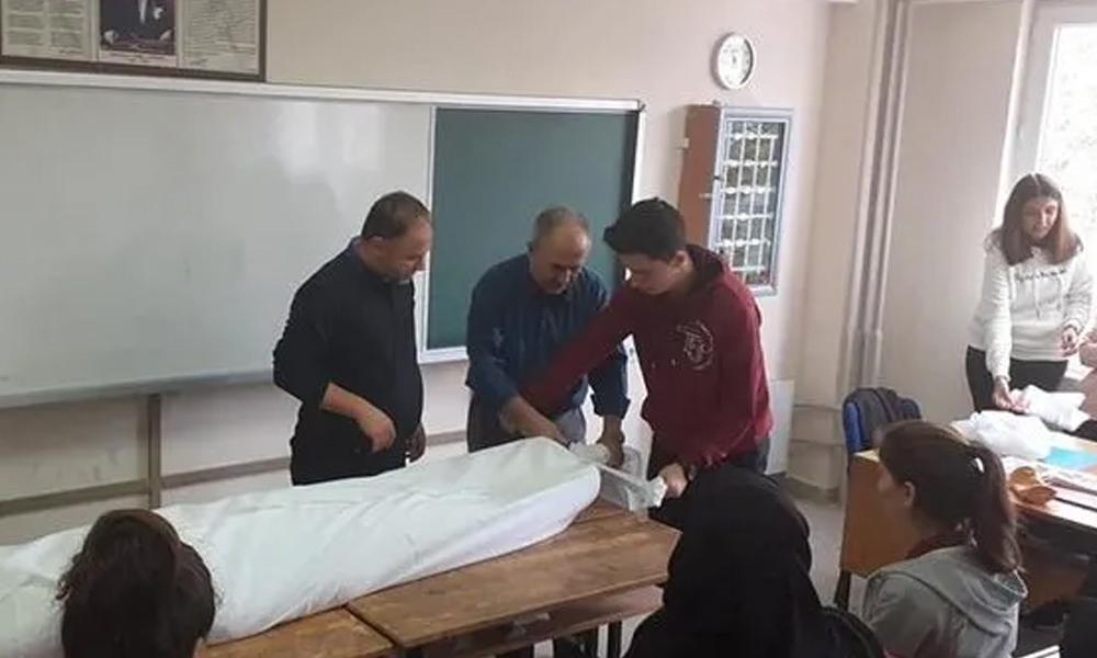 Öğrencisini kefenleyerek ders anlatan öğretmen hakkında soruşturma