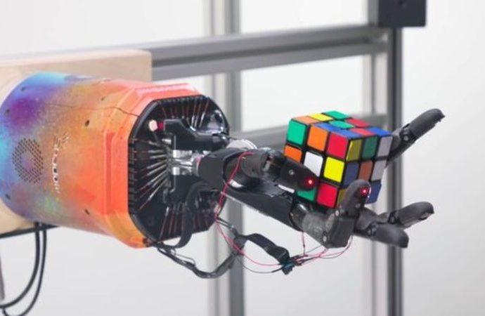 Rubik Küp çözen bir robot el geliştirdiler