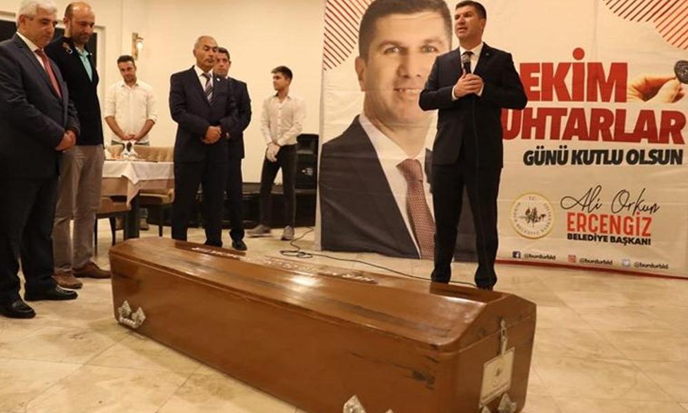 CHP'li başkan muhtarlara tabut hediye etti