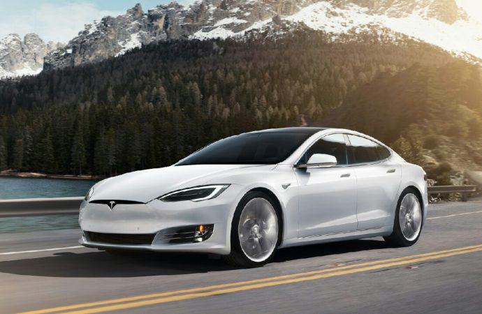 Tesla otopilot araç çağırma modu güncelleme ile alınıyor