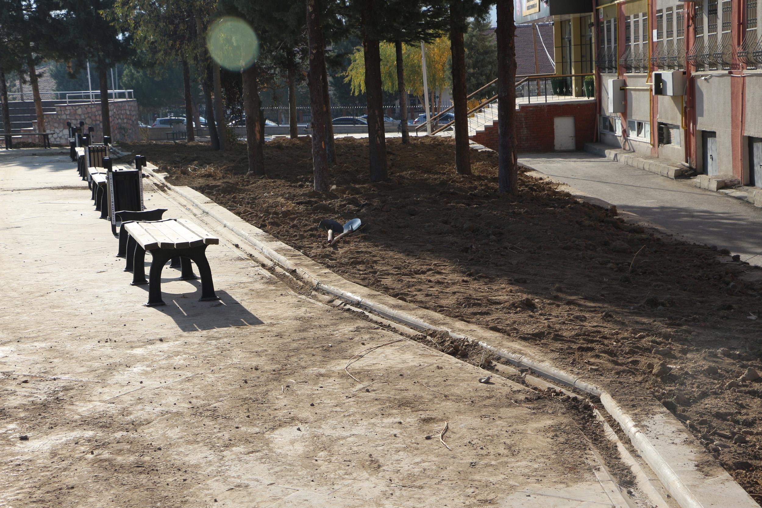 Okul bahçesine serilen topraktan 2 tabanca çıktı