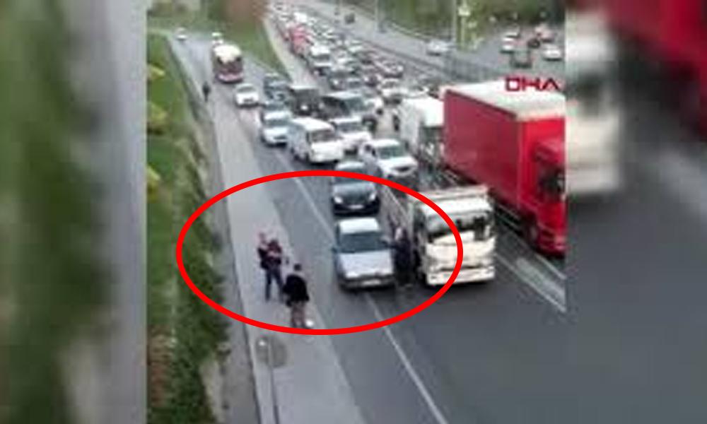 Trafik tartışmasına giren iki sürücü arasındaki sopalı kavga kamerada