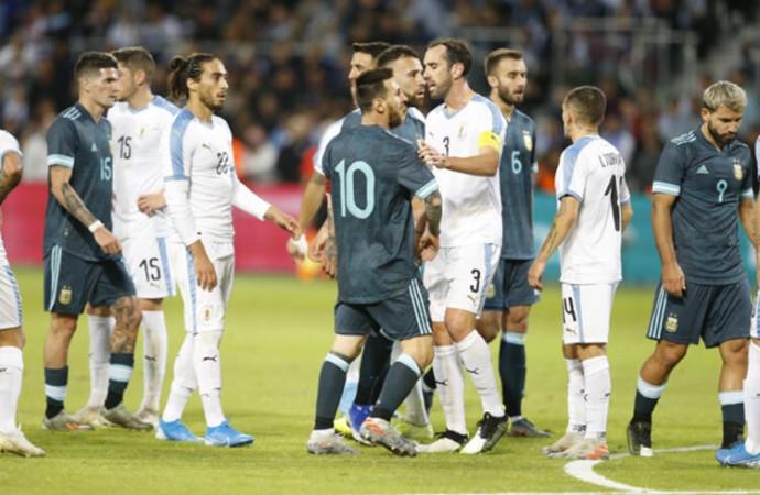 Uruguaylı Edinson Cavani ile Arjantinli Lionel Messi'nin kavgası büyüyor…