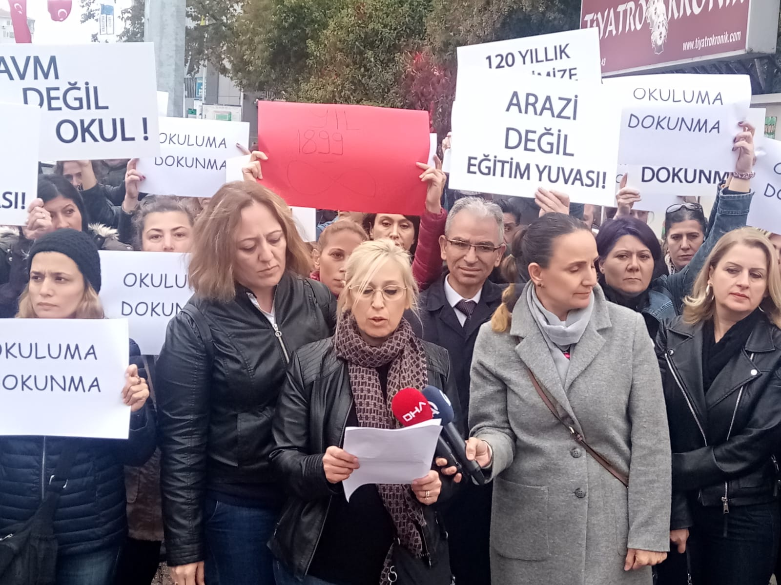 Kadıköy Anadolu Lisesi öğrencileri, binanın Fenerbahçe Kulübü'ne devredilmesini protesto etti!