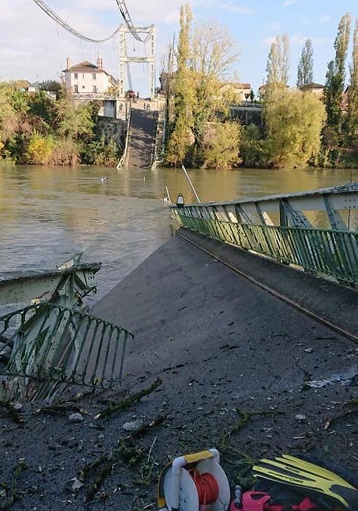 Fransa'da köprü üzerindeki araçlar ve insanlarla birklite suya gömüldü