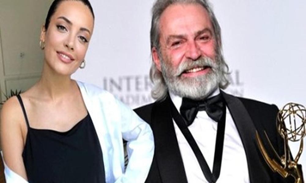 Emmy Ödülü alan Haluk Bilginer'e İrem Sak'tan yorum: İrem dese, gel arada Emmy'nin tozunu al