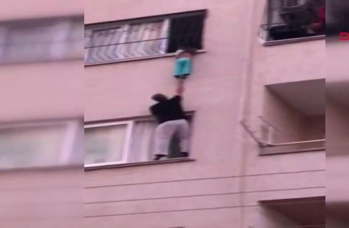 Korkuluklara sıkışan çocuk böyle kurtarıldı! İşte görüntüler