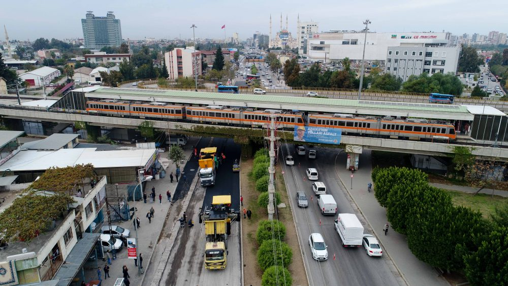 Adana D-400 Karayolu'nda hummalı asfalt çalışması