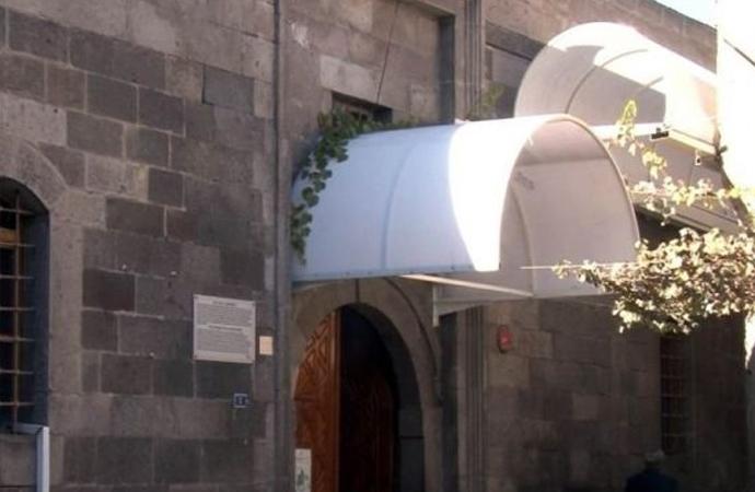 Tarihi caminin üstüne tente yaptılar!