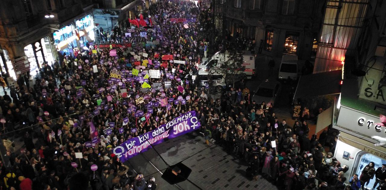 Kadına Yönelik Şiddetle Mücadele gününde kadına şiddet! Taksim'de polis, plastik mermi ve biber gazı ile müdahale etti