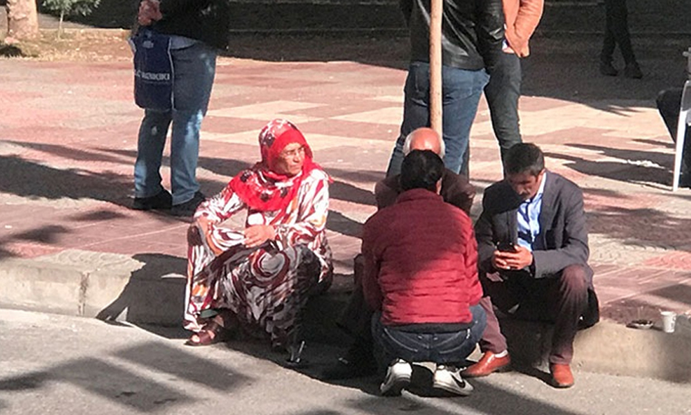 HDP binası önündeki aileler arasında kavga… Eylemi başlatanlardan Akkoyun polis tarafından uzaklaştırıldı