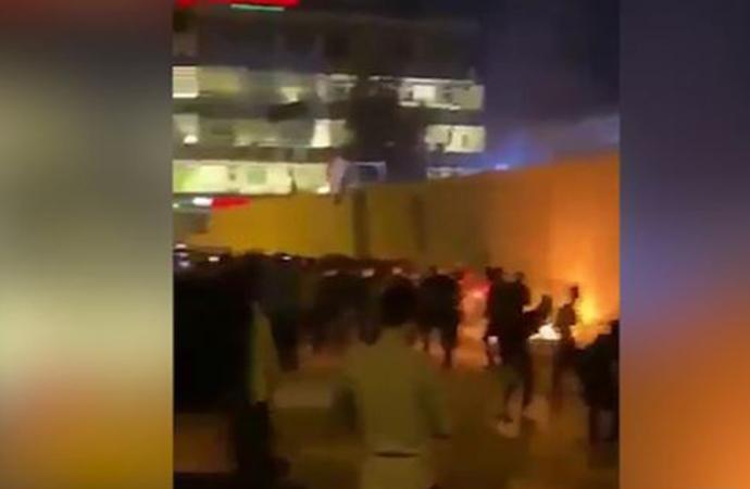 Irak'ta eylemciler İran Konsolosluğu'na saldırdı: 80 yaralı
