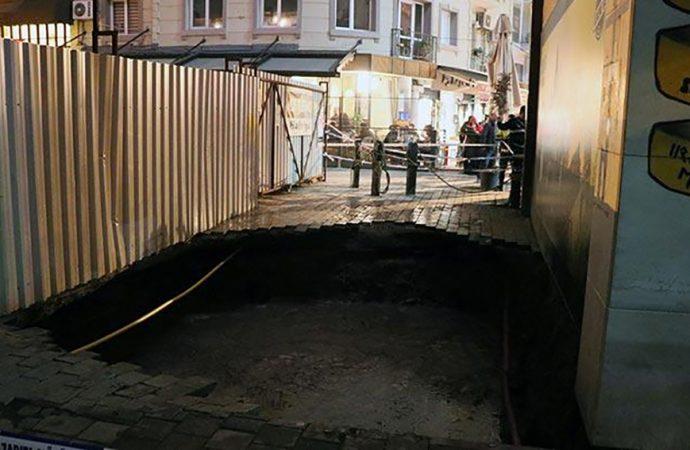 İzmir'de yol çöktü: 3 kişi çukura düştü