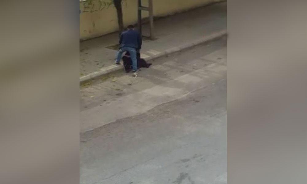 Kadına sokak ortasında tekme-tokat dayak! Kimse müdahale etmedi…