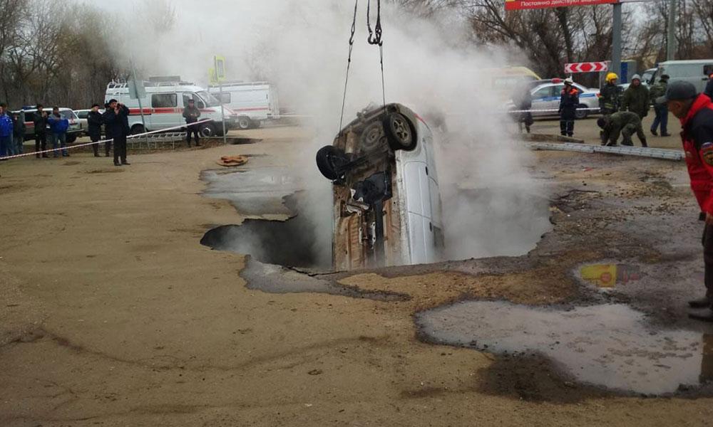 Feci kaza! Otomobil kaynar su havuzuna düştü… Haşlanarak öldüler