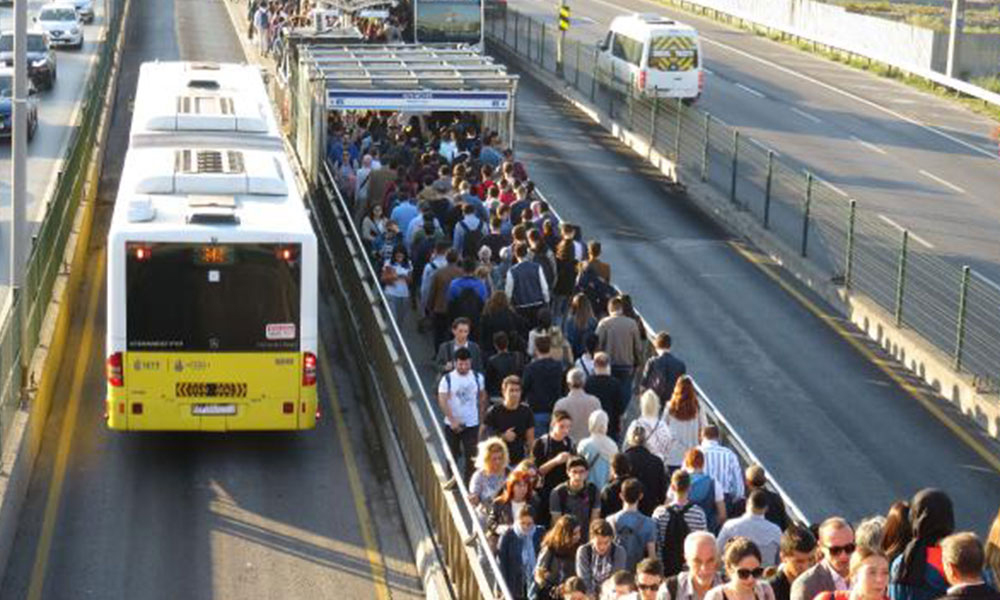 Metrobüslerde, biniş sırasında yaşanan tartışmaları önleyecek uygulama