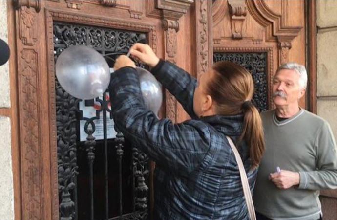 Hükûmet binasındaki 'prezervatifli protestolar' belediye başkanını istifa ettirdi
