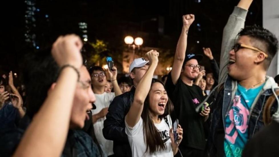 Hong Kong'da yapılan yerel seçim protestocuların lehine sonuçlandı
