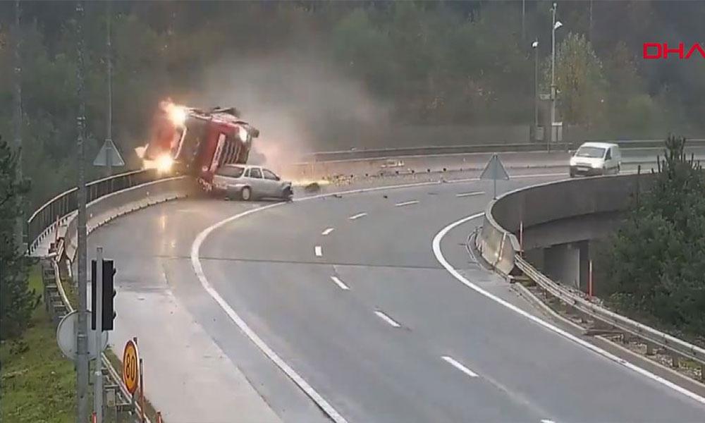 Görülmemiş kaza! Otomobil onlarca tonluk TIR'ı köprüden aşağıya itti…