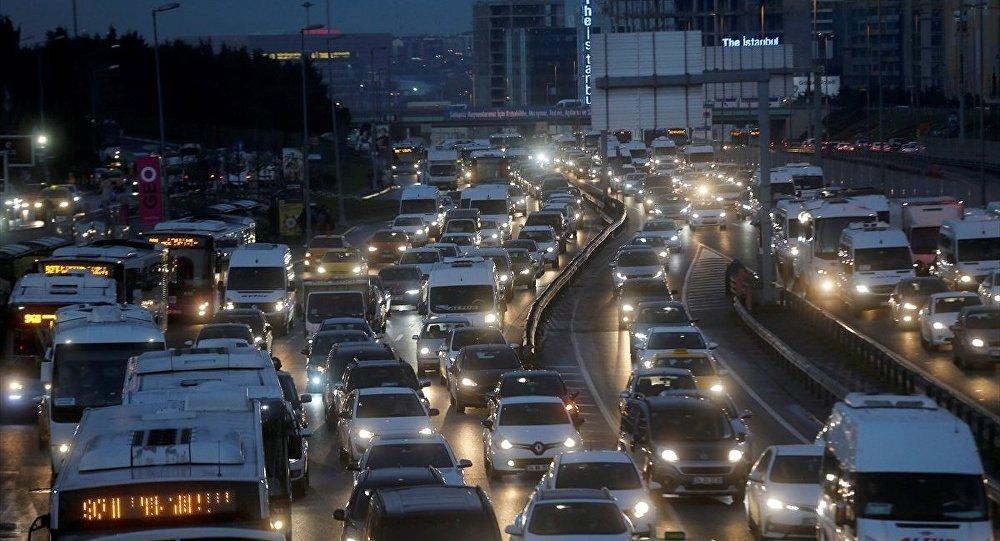 İstanbul'da ara tatil yoğunluğu… Trafik kilitlendi!